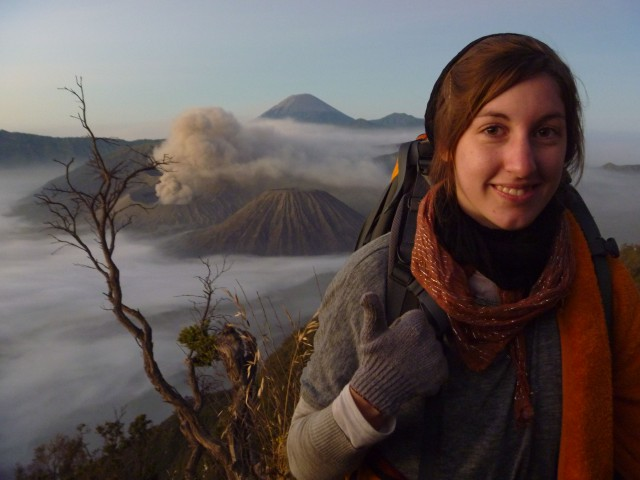 Indojunkie vor dem Vulkan Bromo, Java