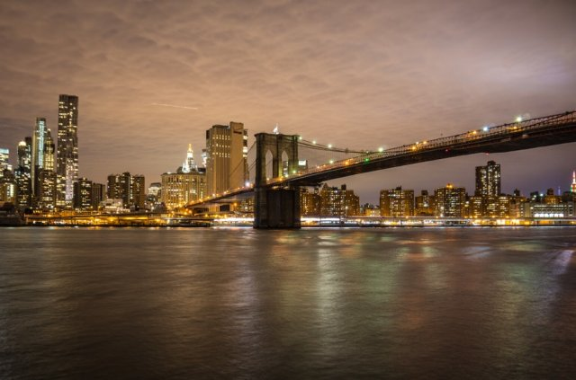 New York Brooklyn Bridge nachts beleuchtet Skyline