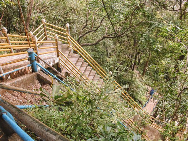 Stufen zum Tiger Cave Tempel