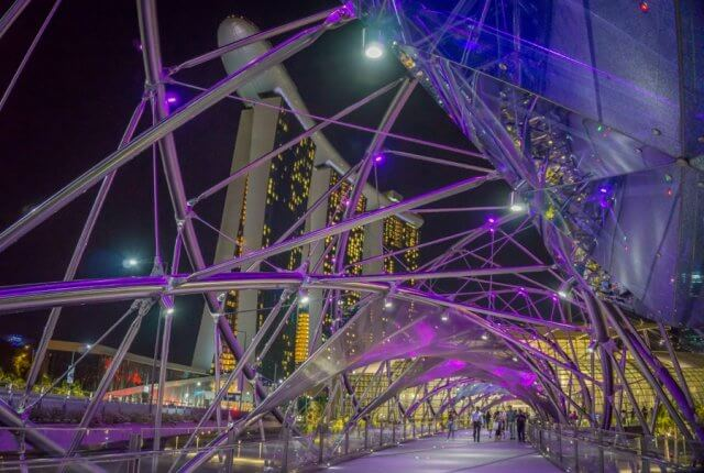 Singapur Sehenswuerdigkeiten Helix Bridge Marina Bay