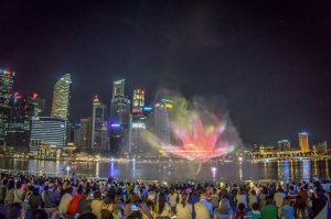 Singapur Sehenswuerdigkeiten Laser Lightshow Marina Bay