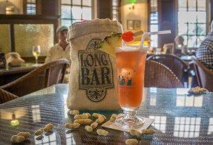 Singapur Sehenswuerdigkeiten Long Bar Raffles Hotel Sling
