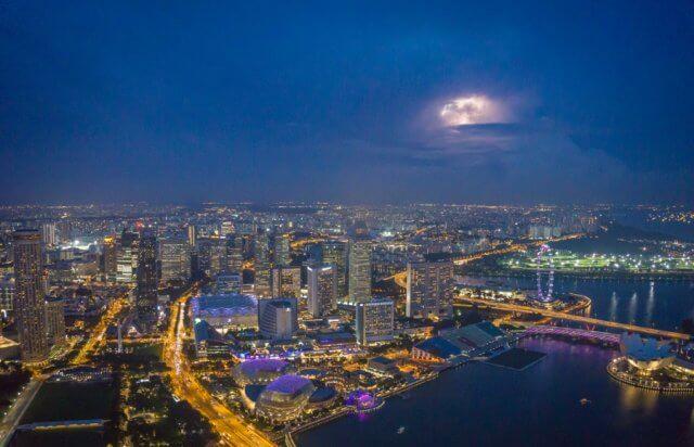 Singapur Sehenswuerdigkeiten Skybar 1 Altitude Aussicht bei Nacht