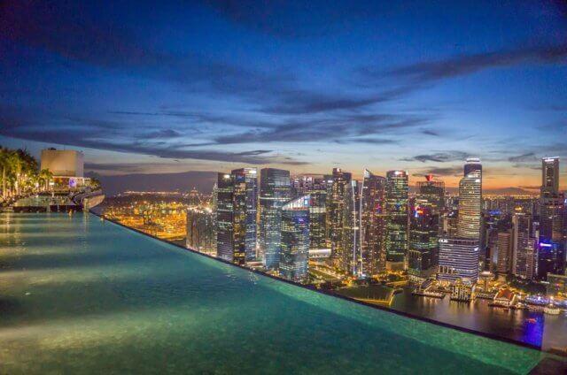 Singapur Sehenswuerdigkeiten Skybar Ce La Vi Marina Bay Sands Pool