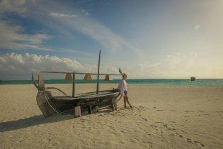 Malediven Reise Coco Palm Dhuni Strand Boot