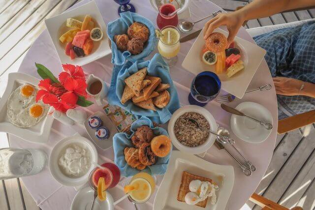 Malediven Reise Coco Palm Dhuni Frühstückstisch
