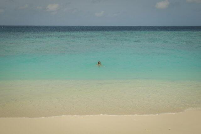 Malediven Reise Coco Palm Dhuni Schwimmen