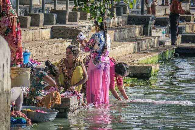 Indien Reisen Udaipur Cafe Ginger Frauen Waschen See
