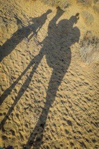 Rajasthan Rundreise Jaisalmer Kamelreiten Schatten