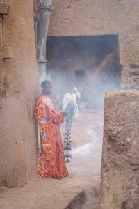 Aethiopien Reisen Felsenkirchen Lalibela Zeremonie Weihrauch Priester