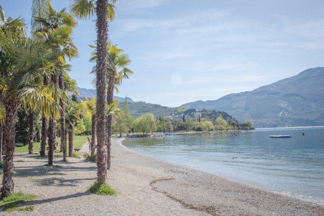 Sehenswuerdigkeiten Gardasee_Trentino_Riva del Garda Seepromenade Strand