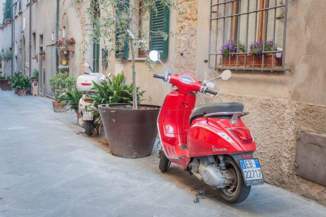 Toskana Italien Pomarance Innenstadt Roller