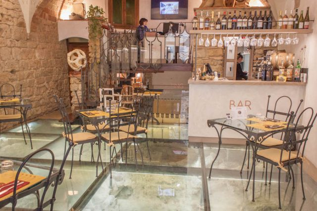 Toskana Italien Pomarance Volterra Cafe Glasboden