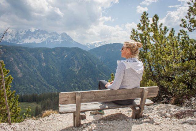 Wellnesshotel Suedtirol_Dolomiten Wandern_Urlaub Suedtirol Cyprianerhof Wanderung Bank