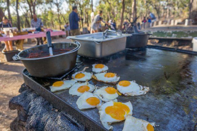 Atherton Tablelands Undara Experience Buschfruehstueck Eier