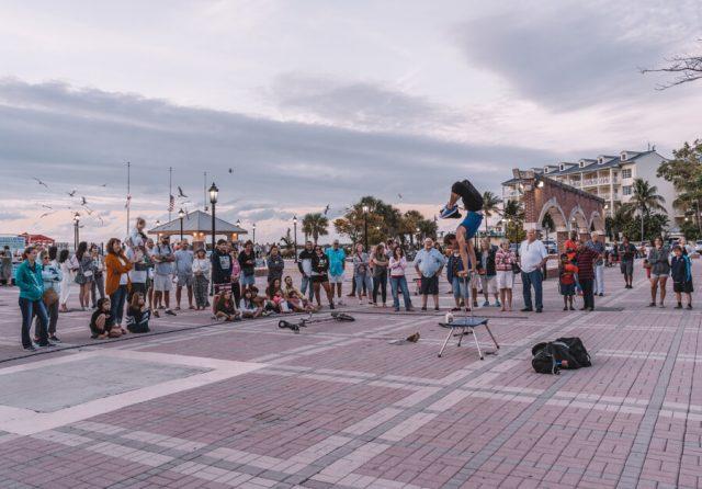 Key West Florida Sehenswuerdigkeiten Mallory Square Kuenstler Gaukler