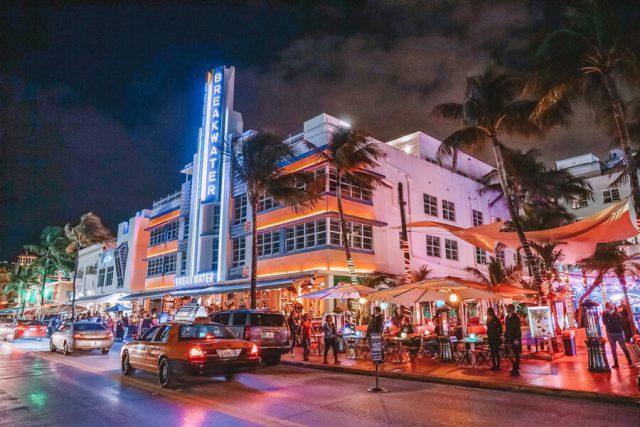Miami Beach Sehenswuerdigkeiten Urlaub Ocean Drive nachts