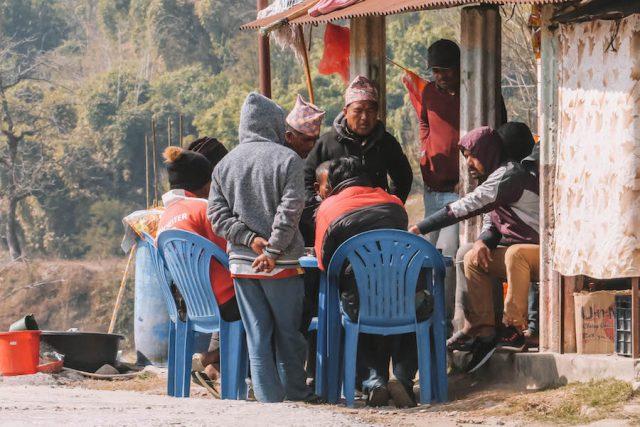 Highlights Nepal Pokhara Fewa See Dorfbewohner Kartenspielen