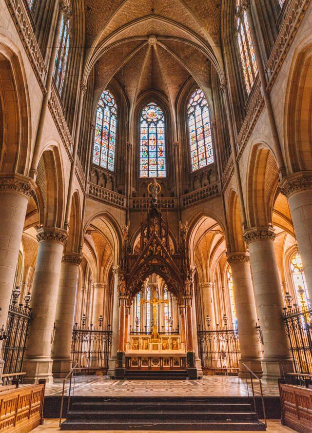 Linz Sehenswuerdigkeiten Mariendom Buntglasfenster