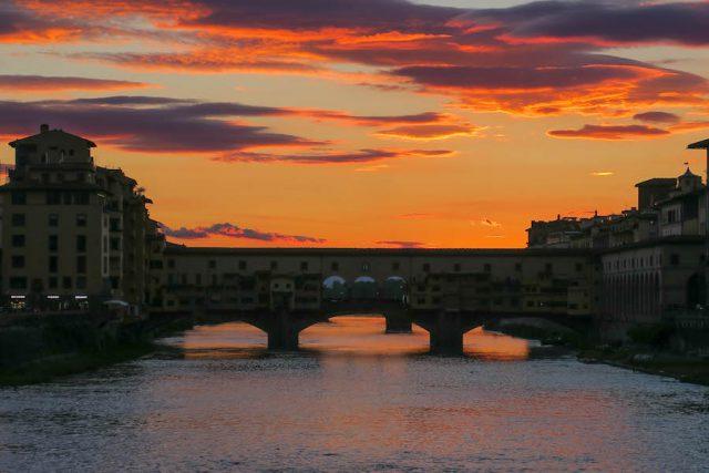 Florenz Sehenswuerdigkeiten Ponte Vecchio Sonnenuntergang von hinten