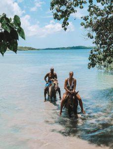 Jamaika Sehenswuerdigkeiten Reiten Schwimmen