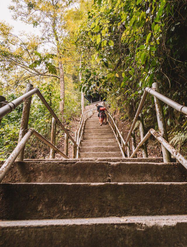 Bali Sehenswuerdigkeiten Munduk Nung Nung Wasserfall Stufen