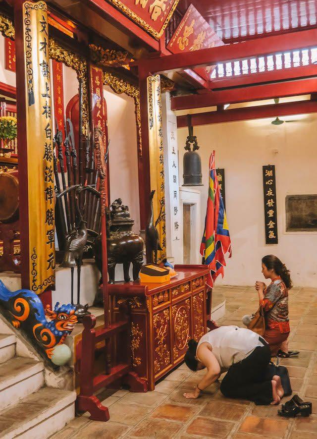 Hanoi Sehenswuerdigkeiten Ngoc Son Tempel Betende