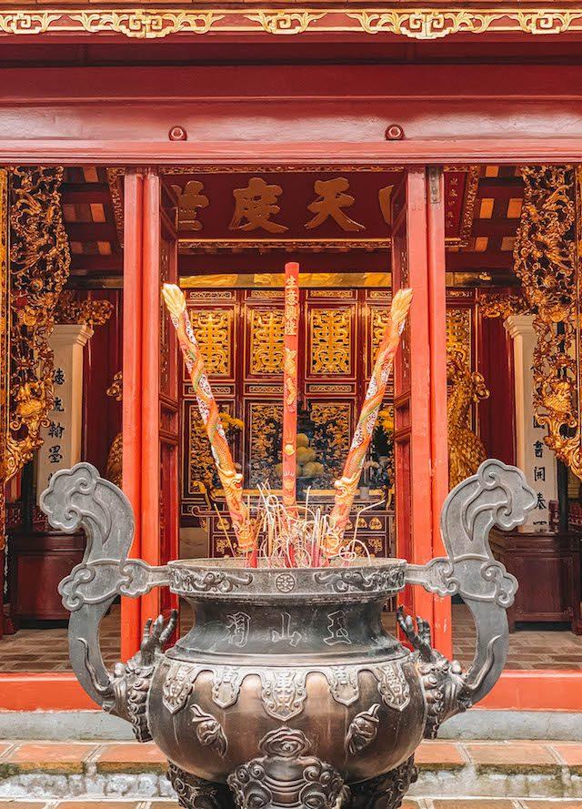 Hanoi Sehenswuerdigkeiten Ngoc Son Tempel Raeucherstaebchen