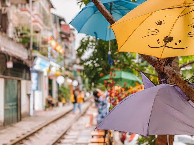 Hanoi Sehenswuerdigkeiten Train Street Regenschirme