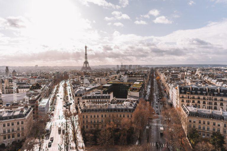Sehenswuerdigkeiten Paris Triumphbogen Aussicht auf Eiffelturm