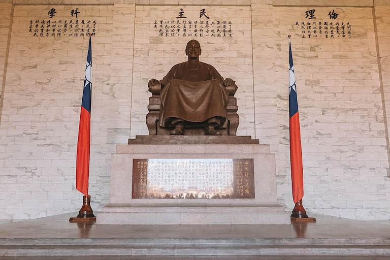 Taipeh Sehenswuerdigkeiten CKS Memorial Hall Statue