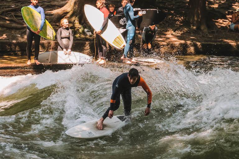 Muenchen Sehenswuerdigkeiten Einbachwelle Surfen