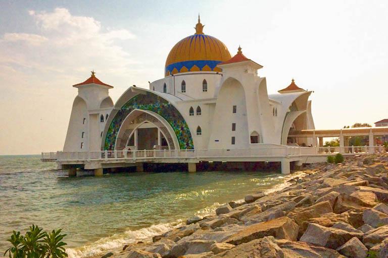 Malaysia Sehenswuerdigkeiten schwimmende Moschee Melaka