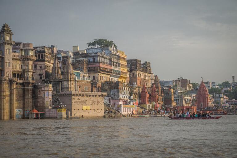 Indien Sehenswuerdigkeiten Varanasi Bootstour Ganges