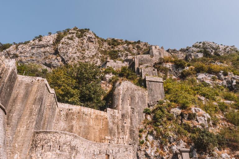 Montenegro Sehenswuerdigkeiten Berg San Giovanni Festungsmauer