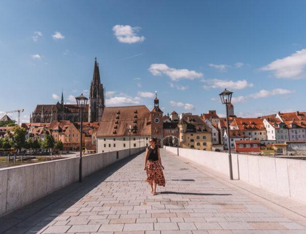 Regensburg-Sehenswuerdigkeiten-Steinerne-Bruecke-Donau