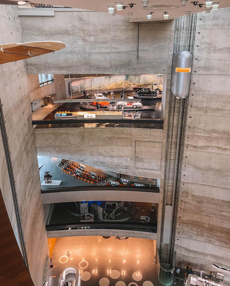 Stuttgart Sehenswuerdigkeiten Mercedes Benz Museum innen